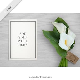 Desktop mit einem Papier Mockup und Blume für Ihre Arbeit