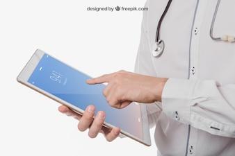 Doktors Hände mit Tablette verspotten sich