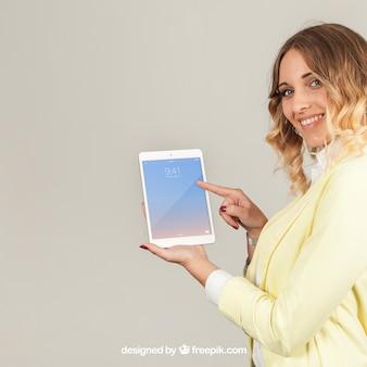 Geschäftsfrau zeigt tablat