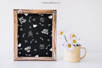 Hochzeitsdekoration mit Schiefer und Blumen im Becher