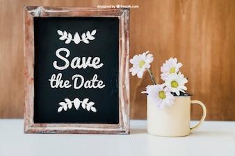 Hochzeitsdekoration mit Tasse und Schiefer