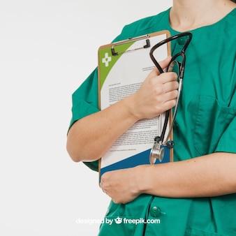 Krankenschwester hält Dokument und Stethoskop