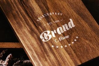Logo auf Holztisch mock up