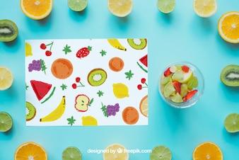 Papier umrahmt von Früchten