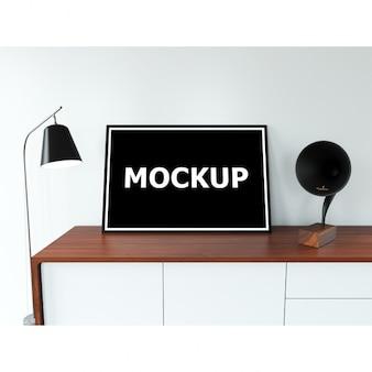 Rahmen Mockup auf dem Tisch mit Lampe