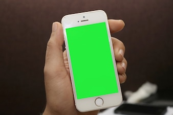 Smartphone mit Green Screen in der Hand