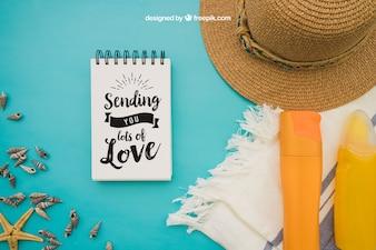 Sommerdekoration mit Notizblock auf blauem Hintergrund