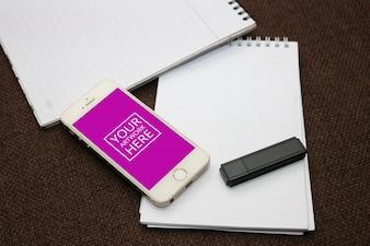 Spiral Notepad mit Smartphone und Flash Drive PSD Mockup