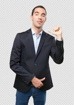 Stolzer Geschäftsmann zeigt auf sich selbst