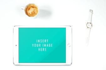 Tablette auf weißem Hintergrund mit Kaffee und Uhr mock up