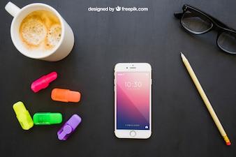 Telefon, Marker, Bleistift, Gläser und Kaffee