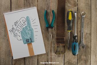 Vatertagsdekoration mit Gürtel und Werkzeugen