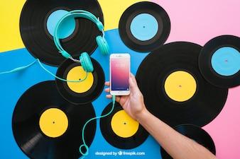 Vinyl-Mockup mit Hand hält Smartphone