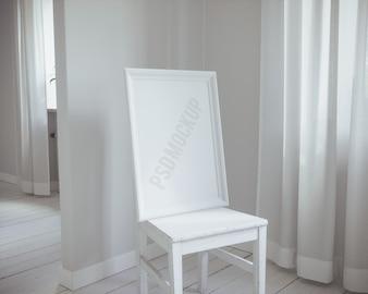 Weißer Rahmen auf Stuhl mock up
