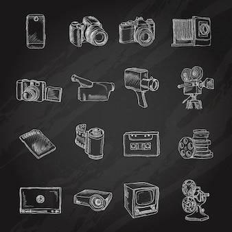 Caméra vidéo photo et technologie de divertissement multimédia icônes de tableau noir isolé illustration vectorielle