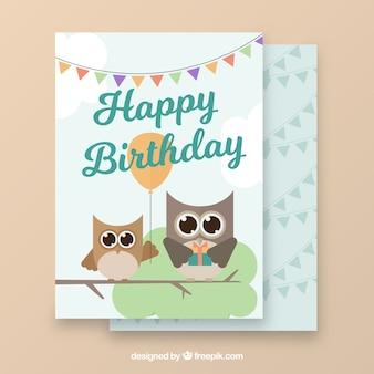 Carte de voeux d'anniversaire avec les hiboux plats et de guirlandes