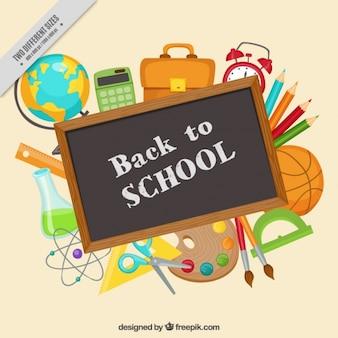 Chalkboard entouré de fournitures scolaires
