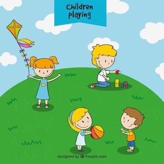 Collection d'enfants tirés à la main jouant dans la prairie