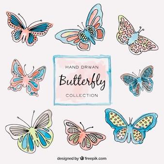 Collection de papillons dessinés à la main volante