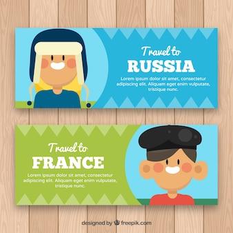 """Des bannières de garçons avec message """"voyage en Russie"""" et """"voyage en france"""""""