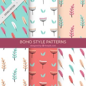 Ensemble de motifs de fleurs et de plumes dans le style boho