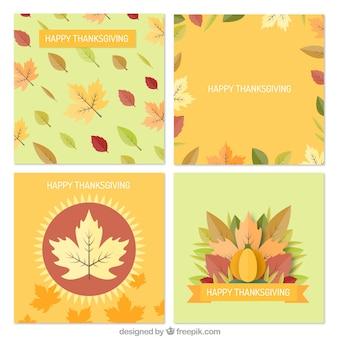 Ensemble de quatre cartes de thanksgiving avec des feuilles sèches