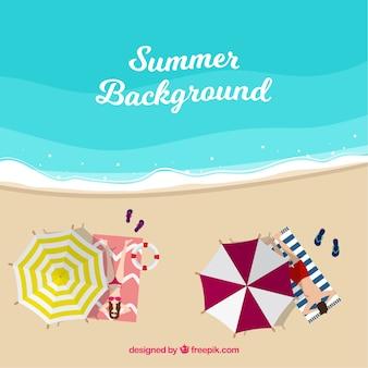 Fond d'été avec des parapluies sur le bord de la mer