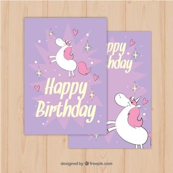 Invitation d'anniversaire pourpre avec des licornes