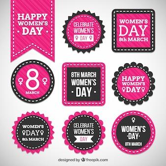 Les badges jour rose des femmes heureuses