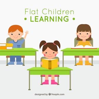 Les enfants assis à l'école