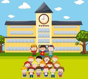 Les enfants font de la pyramide humaine à l'illustration de l'école