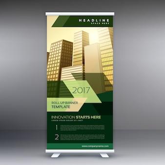 Les entreprises modernes affichent une bannière ou un modèle de conception Standee