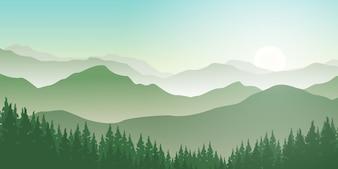 Montagnes et forêts de pins dans le brouillard. Vue du matin avec le lever du soleil dans le paysage des montagnes