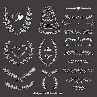 Ornements de mariage dessinés à la main sur tableau noir
