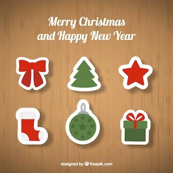 Ornements de Noël sur fond de bois