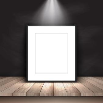 Photo vierge sous le projecteur appuyée contre le mur de la planche