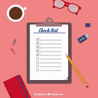 Poste de travail avec la liste de contrôle et objets décoratifs