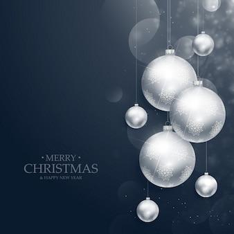 Réalistes suspendus boules de décoration de Noël sur fond bleu