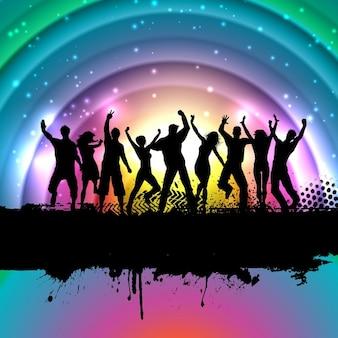 Silhouettes de gens qui dansent sur un fond grunge