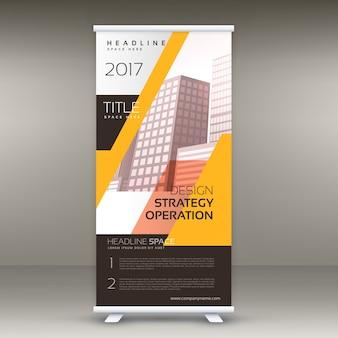 Standee jaune dévoile le design de la bannière avec les détails de votre entreprise