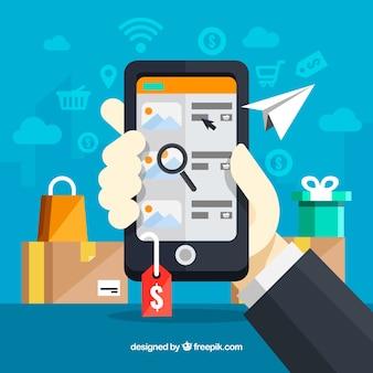 Téléphone à main tenant après le shopping en ligne