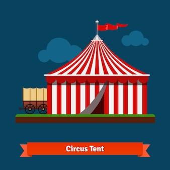 Tente rayée de cirque ouverte avec roue de wagon