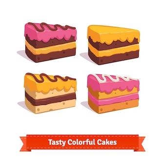 Tranches de gâteau savoureux avec glaçage et crème