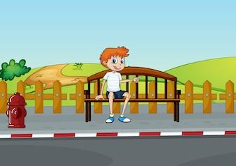 Un garçon assis sur le banc