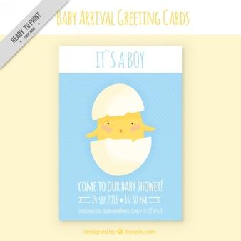 Adorable tarjeta de bienvenida de bebé con pollito en un cascarón