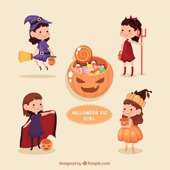 Adorables niños con disfraces de halloween y caramelos