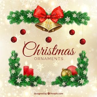 Adornos navideños con unas campanas y copos de nieve