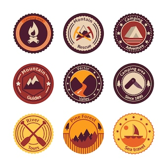 Al aire libre turismo camping plano insignias conjunto de la carretera árbol de montaña y la naturaleza ilustración vectorial aislado