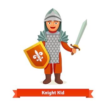 Alegre niño en armadura de caballeros con casco