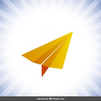 Avión de papel naranja aislado